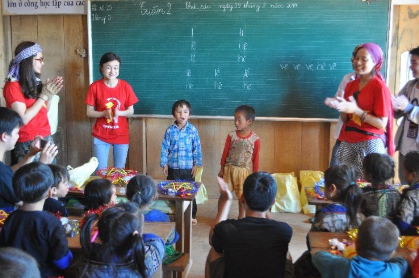 Các em nhỏ được mời lên hát